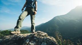 wandelaartribune op hoogste de klippenrand van de zonsopgangberg Royalty-vrije Stock Fotografie