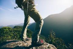 wandelaartribune op hoogste de klippenrand van de zonsopgangberg Stock Foto