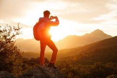 Wandelaartribunes op de klip over de zonsopgang Stock Foto