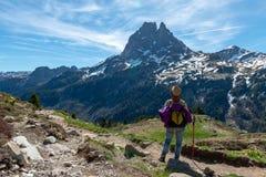Wandelaarvrouw die in de Franse bergen van de Pyrenee?n, Pic du Midi D Ossau op achtergrond lopen royalty-vrije stock foto's