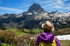 Wandelaarvrouw die in de Franse bergen van de Pyrenee?n, Pic du Midi D Ossau op achtergrond lopen royalty-vrije stock fotografie