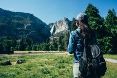 Wandelaarvrouw die de mooie berg bezienswaardigheden bezoeken royalty-vrije stock afbeeldingen