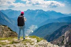 Wandelaarvrouw die opstaan bereikend de hoogste Dolomietalpen Royalty-vrije Stock Foto