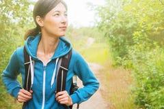 Wandelaarvrouw in het bos Royalty-vrije Stock Foto