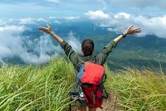 Wandelaarvrouw het gelukkige het voelen vrijheids goede en sterke gewicht zegevierende onder ogen zien op de natuurlijke berg royalty-vrije stock foto's
