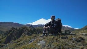 Wandelaarvrouw het lopen bergen stock footage