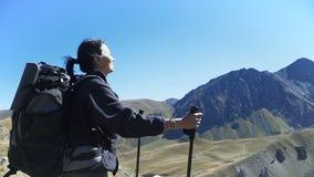 Wandelaarvrouw het lopen bergen stock video