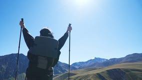 Wandelaarvrouw het lopen bergen stock videobeelden