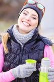 Wandelaarvrouw het opwarmen drinkt thee in koude dag stock fotografie