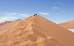 Wandelen Namibië. Wandelen hoge duinen Sossusvlei Namibi stock photography