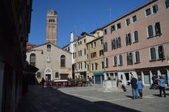 Wandelend door Sestiere van San-Polo, van Scuola-dei Calegheri aan San Rocco Met de Frari-Klokketoren op de achtergrond in stock afbeelding