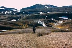 Wandelend in Landmannalaugar, berglandschap in IJsland Stock Afbeeldingen