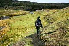 Wandelend in Landmannalaugar, berglandschap in IJsland Stock Fotografie