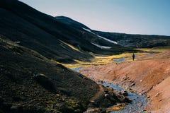 Wandelend in Landmannalaugar, berglandschap in IJsland Stock Foto
