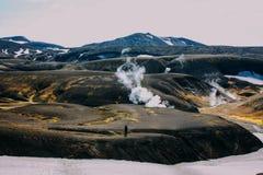 Wandelend in Landmannalaugar, berglandschap in IJsland Royalty-vrije Stock Afbeelding