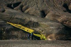 Wandelend in Landmannalaugar, berglandschap in IJsland Royalty-vrije Stock Afbeeldingen