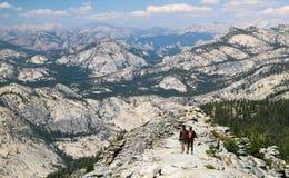 Wandelend onder Episch Landschap in het Noordelijke Nationale Park van Yosemite, Californië Stock Fotografie