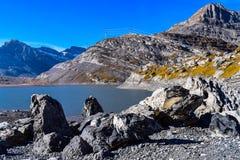 Wandelend op Gemmipass, met mening van Daubensee, Zwitserland/Leukerbad stock foto's