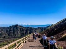 Wandelende groep die aan de Vesuvius in Napels stijgen stock foto's