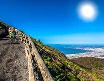 Wandelende groep die aan de Vesuvius in Napels stijgen stock fotografie