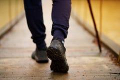 Wandelende mens die rivier in het lopen in saldo op scharnierende brug in aardlandschap kruisen Close-up van mannelijke wandelaar stock foto's