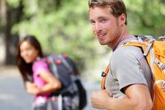 Wandelende mensen - paarwandelaars gelukkig in aard Stock Afbeelding