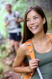 Wandelende vrouw - gelukkig portret van vrouwelijke wandelaar Stock Afbeeldingen