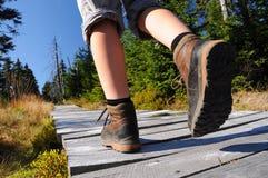 Wandelende vrouw met laarzen Stock Afbeelding