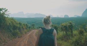 Wandelende vrouw in tropische eilandbergen stock video