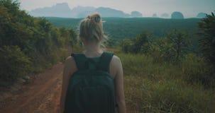 Wandelende vrouw in tropische eilandbergen stock videobeelden