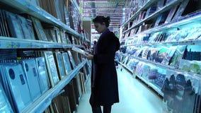 Wandelgalerijen in winkel stock footage