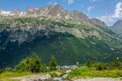 Wandeling aan Argentiere-gletsjer met de mening over het massief des Aig royalty-vrije stock foto