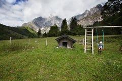 Wandeling in de Alpen stock afbeelding