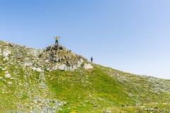 Wandeling in de Alpen op panoramisch voetpad Stock Foto