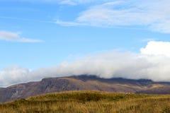 Wandeling in de bergen van IJsland stock afbeelding