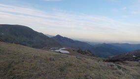 Wandeling in de Italiaanse Alpen tot de top stock footage