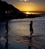 Wandeling in de Oceaan bij Zonsondergang Stock Fotografie