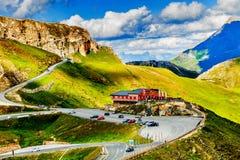 Wandeling in de Oostenrijkse alpen De berg van alpen De mening van de zomer Stock Foto's