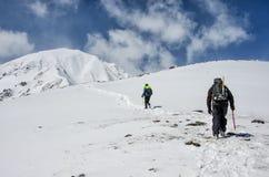 Wandeling in de winterbergen Mensen het reizen Royalty-vrije Stock Afbeelding