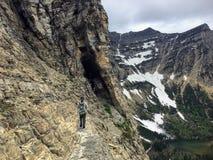 Wandeling dichtbij de steile rand van een klip terwijl het wandeling van Cryptlak royalty-vrije stock fotografie