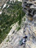 Wandeling dichtbij de steile rand van een klip terwijl het wandeling van Cryptlak stock afbeelding