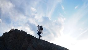 Wandeling en reis vrouw die naar de bergpiek gaan stock video