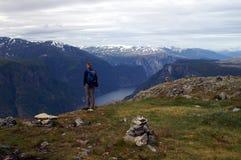 Wandeling in fjord Noorwegen stock foto