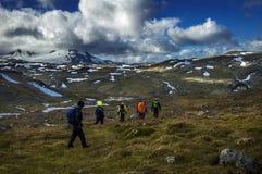 Wandeling omhoog op de bergen Stock Afbeeldingen