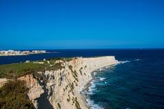 Wandeling op de Maltese kust stock fotografie