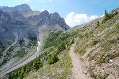 Wandeling in rotsachtige bergen Royalty-vrije Stock Foto's