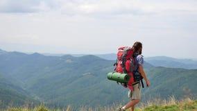 Wandeling - wandelaarmens bij trek met rugzak het leven gezonde actieve levensstijl Stijging in bergaard stock videobeelden