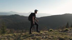 Wandeling - wandelaarmens bij trek met rugzak het leven gezonde actieve levensstijl Stijging in bergaard stock video