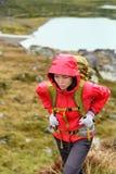 Wandeling - wandelaarvrouw bij trek met rugzak in regen royalty-vrije stock afbeelding