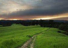 Wandeling in Weide bij Zonsondergang Stock Fotografie